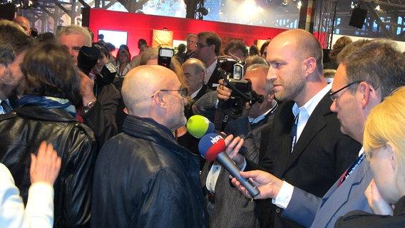 Phil Collins wird beim Deutschen Radiopreis 2010 von Journalisten des NDR interviewt. © Bild: NDR/Karsten Schmeer Foto: Karsten Schmeer
