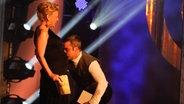 Robbie Williams küsst den Bauch von Moderatorin Barbara Schöneberger bei der Radiopreisgala 2012 © Sebastian Gerhard
