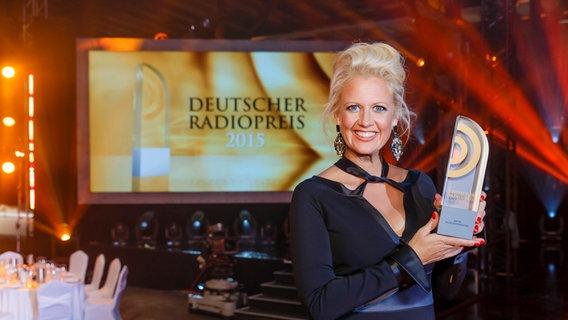 Barbara Schöneberger präsentiert den Radiopreis. © NDR Foto: Morris Mac Matzen