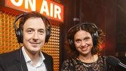 Horst Hoof und Elke Wiswedel kommentieren die Show für die Radioprogramme. © NDR Fotograf: Morris Mac Matzen: