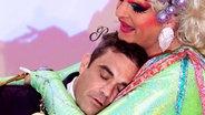 Radiopreis-Laudator Robbie Williams in den Armen von Olivia Jones auf dem Roten Teppich. © dpa-Bildfunk Fotograf: Malte Christians
