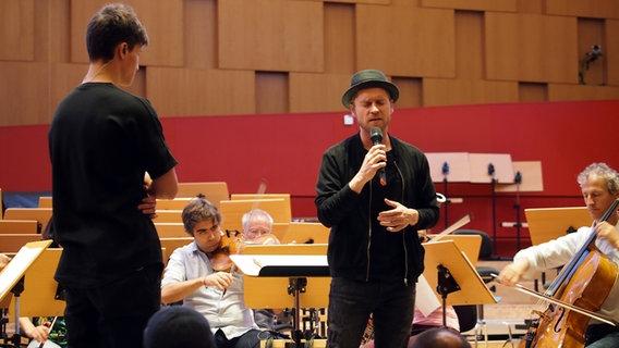 Wincent Weiss, Johannes Oerding und Musiker der NDR Radiophilharmonie © NDR / Amrei Flechsig Foto: Amrei Flechsig