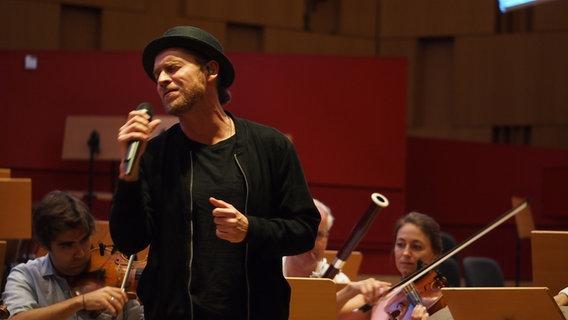 Johannes Oerding und Musiker der NDR Radiophilharmonie © NDR / Amrei Flechsig Foto: Amrei Flechsig