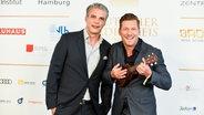 Die Moderatoren  Andreas Kuhlage und Jens Hardeland (v.r.) beim Deutschen Radiopreis in der Elbphilharmonie in Hamburg © NDR Fotograf: Benjamin Hüllenkremer