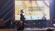 Moderatorin Barbara Schöneberger und Sänger Max Giesinger beim Deutschen Radiopreis. © Deutscher Radiopreis / Philipp Szyza Foto: Philipp Szyza