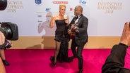 Schauspielerin Barbara Schöneberger und Moderator Yared Dibaba beim Deutschen Radiopreis. © Deutscher Radiopreis / Benjamin Hüllenkremer Foto: Benjamin Hüllenkremer