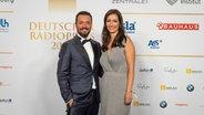 Moderatorin Pinar Atalay mit ihrem Ehemann auf dem roten Teppich beim Deutschen Radiopreis 2019. © Deutscher Radiopreis / Benjamin Hüllenkremer Foto: Benjamin Hüllenkremer
