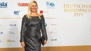 Moderatorin Aleksandra Bechtel auf dem Roten Teppich beim Deutschen Radiopreis 2019. © Deutscher Radiopreis / Benjamin Hüllenkremer Foto: Benjamin Hüllenkremer