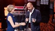 Marietta Slomka übergibt den Radiopreis für die beste Reportage 2019 an Holger Senzel © Deutscher Radiopreis / Philipp Szyza Foto: Philipp Szyza
