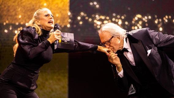 Laudator Reiner Schöne gibt Barbara Schöneberger einen Handkuss. © Deutscher Radiopreis / Philipp Szyza Foto: Philipp Szyza