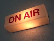 """Beleuchtetes """"On air""""-Schild im Radiostudio © Hendrik Schwartz - Fotolia"""