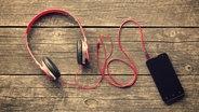 Nahaufnahme von Kopfhörern an einem Smartphone © colourbox Foto: Jiri Hera