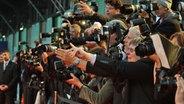 Radiopreis-Gala 2012: Hunderte Journalisten warten am Roten Teppich auf die Promis. © NDR