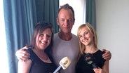 Sting mit Kristina Bischoff von NDR 2 (links) und Julia Wechler von 104.6 RTL Berlins Hit-Radio. © Deutscher Radiopreis