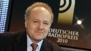 Peter Boudgoust sitzend vor einem großen Bildschirm mit dem Logo des Deutschen Radiopreis 2010. © NDR Foto: Marcus Krüger