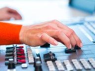 Die Hand einer Frau bedient den Regler eines Mischpultes © fotolia.com Fotograf: Kzenon