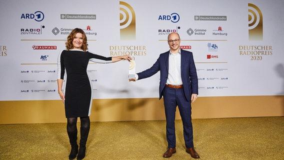 """Gewinner in der Kategorie """"Bester Podcast"""": Doreen Strasdas und Bastian Berbner von NDR Info © Deutscher Radiopreis / Morris Mac Matzen Foto: Morris Mac Matzen"""