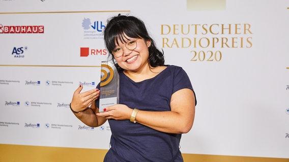 """Gewinnerin in der Kategorie """"Beste*r Newcomer*in"""": Anh Tran vom Deutschlandfunk © Deutscher Radiopreis / Morris Mac Matzen Foto: Morris Mac Matzen"""