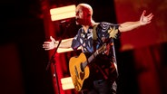 Milow singt und breitet die Arme dabei aus. © Deutscher Radiopreis / Philipp Szyza Foto: Philipp Szyza